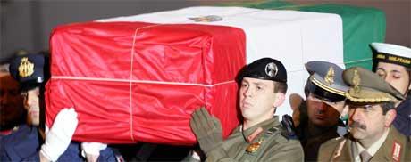 Nicola Calipari ble gravlagt med fulle æresbevisninger. (Foto: Scanpix/AFP)