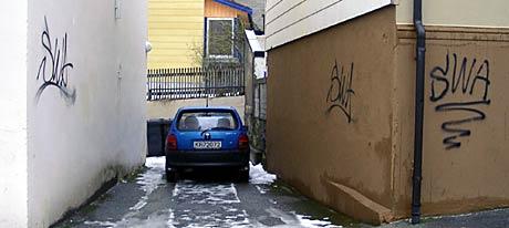 19-åringen er tiltalt for blant anna denne tagginga i Ålesund sentrum. Bildet er frå mars i år. (Foto: Pål Bakke)