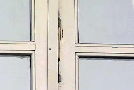 Tyvene tok seg inn gjennom denne døren til restauranten.