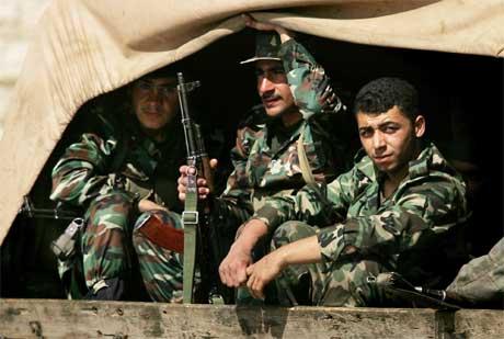 Desse syriske soldatane gjer seg klare til å forflytte seg nærmare grensa til Syria. (Foto: AP/Scanpix)