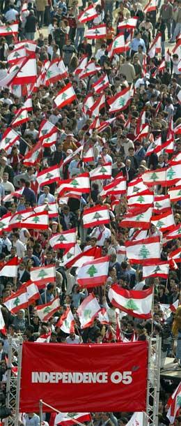 Demonstrane i Beirut vil protestere heilt til dei syriske soldatane er ute. (Foto: AFP/Scanpix)
