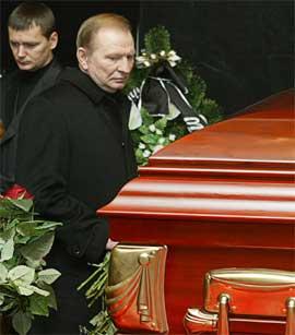 I BEGRAVELSE: Eks-president Leonid Kutsjma fastholder at han ikke hadde noe å gjøre med drapet på Georgy Gongadze i 2000. (Foto: AFP PHOTO / SERGEI SUPINSKY)