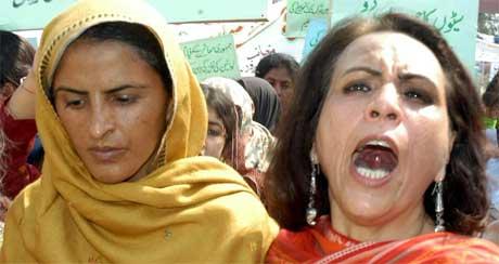 Kvinneaktivisten Furzana Bari (t.h.) og voldtektsofferet Mukhtar Mai demonstrerte i dag i Pakistan. (Foto: Scanpix / AP)