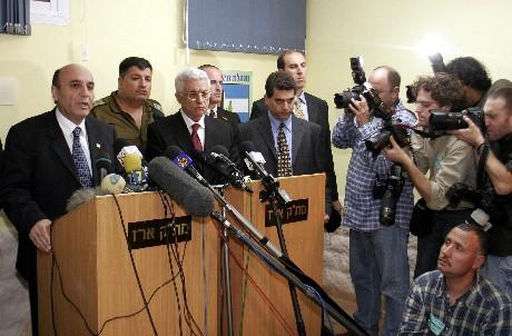 Israels forsvarsminister Shaul Mofaz og palestinernes president Mahmoud Abbas ble ikke enige. (Foto: AFP/Scanpix)
