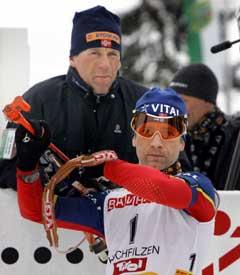 Ole Einar Bjørndalen og hans personlige skytetrener Joar Himle. (Foto: Heiko Junge / SCANPIX)