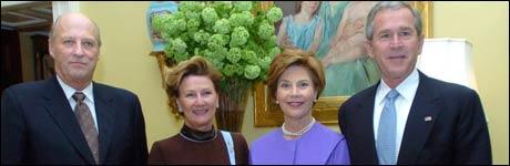 Kong Harald og Dronning Sonja sammen med George W. Bush og hans kone Laura under det norske kongeparets besøk i Det Hvite Hus mandag. (foto: Kristine Nyborg / SCANPIX)