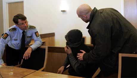 Her advokatfullmektig Øyvind Sterri ( til høyre) med sin klient, som er førstetiltalte, og aktor, politiinspektør Rolf Nissen. Foto: Knut Falch / SCANPIX