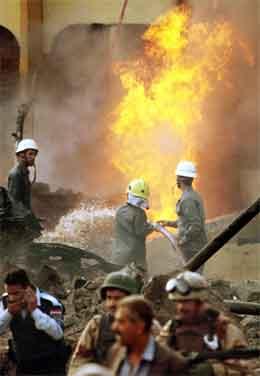 Brannfolk og soldater i ferd med å slokke branen som oppstod etter selvmordsaksjonen. (Foto: AP/scanpix)