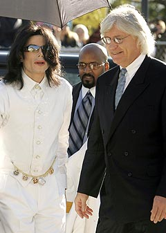 Michael Jackson og forsvareren hans Thomas Mesereau. Foto: Robert Galbraith, AFP Photo.