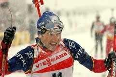 Ole Einar Bjørndalen i snødrevet i Hochfilzen onsdag. (Foto: Heiko Junge/Scanpix)