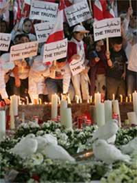 VIL HA SANNHETEN: Studenter samlet seg i dag rundt graven til tidligere statsminister Rafik Hariri. Foto: AP/Scanpix.