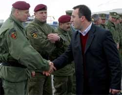 TOK FARVEL: Ramush Haradinaj tok i dag farvel med general Agim Ceku, som er leder for Kosovos sivile beredskapskors, det tidligere UCK. Foto: Reuters/