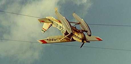 I 1976 ble dette svenske småflyet hengende i en høyspentledning i Tysfjord i Nordland. Piloten kom fra ulykken uten alvorlige skader (Foto: NRK)