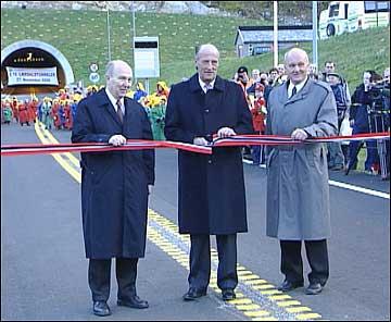 Kong Harald opna verdas lengste vegtunnel 27. november 2000. T.v.: vegdirektør Olav Søfteland og t.h. vegsjef i Sogn og Fjordane, Lars Lefdal. (Foto: Steinar Lote, NRK)