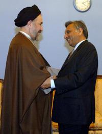 Irans president Mohammad Khatami møtte Indias oljeminister Mani Shankar Aiyar i desember i fjor, for å diskutere en gassavtale. (Foto: H. Fahimi, Afp)