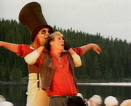 Biskopen skal spille presten i Peer Gynt-forestillingen. Her Peer Gynt sammen med Dovregubben.(Foto:NRK)