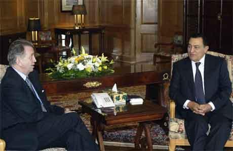 Terje Rød-Larsen møtte Hosni Mubarak i Sharm el Sheikh i dag. (Foto: AFP/Scanpix)
