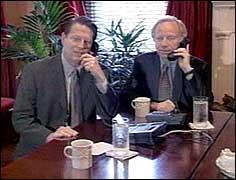 Gore og Lieberman i telefonkonferanse med de demokratiske minoritetslederene i Kongressen. (Foto: Reuters)
