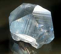 En relativt vanlig krystallform for kalsitt, satt sammen av et heksagonalt prisme (basisform) og det vanlige romboeder (toppen). (Foto: P. E. Aas, NHM, UiO)