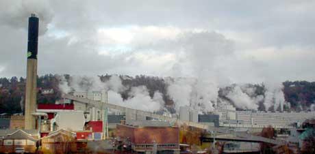 Utslippene skyldes at vi har brukt mer fyringsolje i solidaritet med kraftkrisen sier fabrikkledelsen.(Foto: Rainer Prang/NRK)