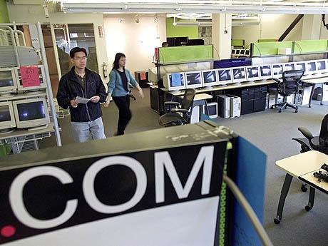 Et par ser på datautstyr som blei solgt på tvangsauksjonen etter eit konkurs dot-com firma i USA. På få år brendte IT-bransjen i USA opp fleire milliardar dollars. Foto: Eric Risberg / AP Photo