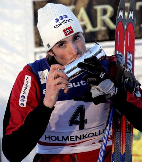 Magnus Moan kysser pokalen han fikk for seieren i verdenscuprennet i kombinert i Holmenkollen lørdag ettermiddag. Foto: Erlend Aas / SCANPIX