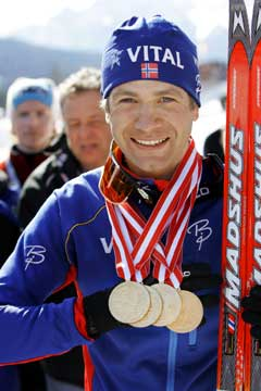 Ole Einar Bjørndalen viser frem sine fire VM-gull fra Hochfilzen. (Foto: Heiko Junge / SCANPIX)