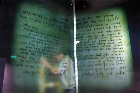 Yad Vashem, Holocaust-museet i Jerusalem, gjenåpnes i morgen i nærvær av blant annet Annan. Dette dokumentet, som viser navnene på drepte jøder under 2.verdenskrig, finnes i en ny seksjon av museet (Scanpix/AFP)
