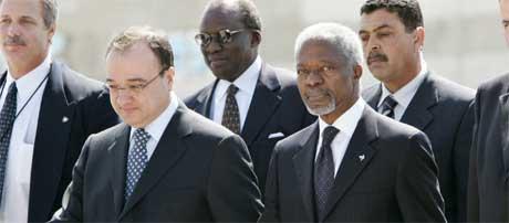 Annan og palestinernes utenriksminister Nasser Al-Kidwa (nr. to fra v.) kort etter Annans ankomst (Scanpix/Reuters)