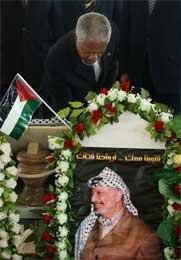 Annan la ned en krans på Arafats grav i Ramallah (Scanpix/AP)