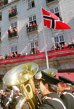 Forsvarets Stabsmusikkorps er et av korpsene som ikke har penger til å spille 17. Mai i år. Her utenfor et festpyntet Grand Hotel på Karl Johan. Foto: Heiko Junge, Scanpix.