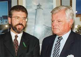 I 1997 var Adams (til v.) i USA for å få amerikanerne til å investere i Nord-Irland. Edward Kennedy lytter (Scanpix/AFP)