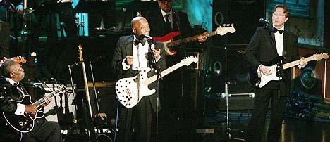 Buddy Guy ble innlemmet i Rock 'n' roll Hall of Fame mandag av B.B. King og Eric Clapton. Foto: Reuters / Scanpix.