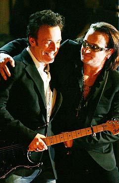 Bono og Bruce Springsteen opptrådte sammen i Waldorf Astoria ved midnatt mandag. Foto: Reuters / Scanpix.
