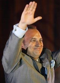 "Boskovski fotografert da han presenterte boka ""Min kamp for Makedonia"" i mars 2004. (Foto: R.Atanaskovski, AFP)"