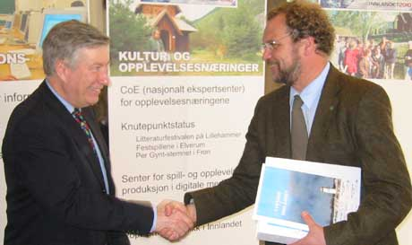Fylkesmann Sigbjørn Johnsen leverte rapporten