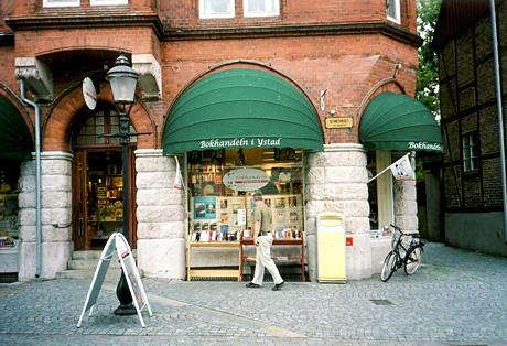 Wallander-effekten har ført til at omkring 1 millioner turister hvert år er innom Ystad. Bokhandelen på Stortorget, Mariagatan og Västra Vallgatan finnes også i virkeligheten. (Foto: NRK)
