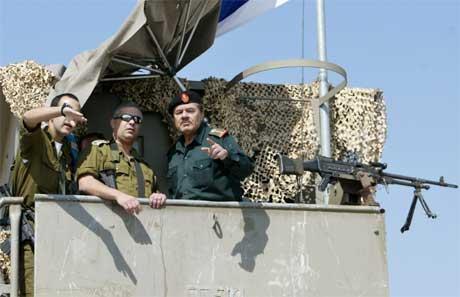 Israelsk og palestinsk offiser drøfter koordineringen av maktovertakelsen (Scanpix/Reuters)