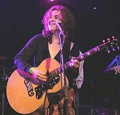 Jane Bond tok fram gitaren til ære for Ray Benson. Foto: Per Ole Hagen, NRK P1.