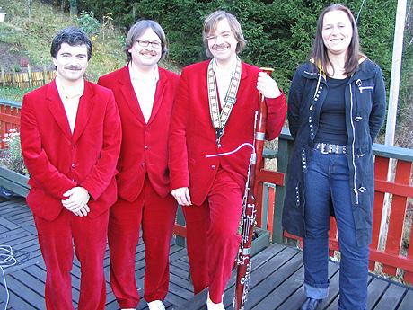 Husorkesteret Finn Erix saman med Olaug Nilssen.
