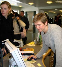 Bibliotekar på Lena i Østre Toten, Bozena Dyste har hatt stor pågang av folk som vil ha det nye lånekortet. (Foto: Jorun Vang/NRK)
