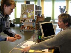 Ingrid Dahl Åsveen brukar to bibliotek fast. Nå får hun eitt lånekort til båe. (Foto: Jorun Vang/NRK)