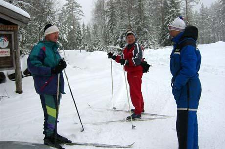 Løypeoppkjørar Rolf Hansen og skiløparane Per Odd Grotle og Berit Sagen er spente på påskeværet. (Foto: Vera Wold/NRK)