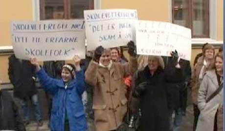 Flere hundre foreldre, barn og kommunalt ansatte i Halden hadde møtt frem for å markere sin misnøye med omorganiseringene innen skole- og barnehagesektoren torsdag ettermiddag. Foto: NRK.