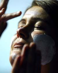 Bruk faktor 15 på ubeskyttet hud. Og ta pauser fra solen når den er sterkest. Foto: Scanpix