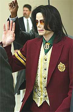 Michael Jackson forlater rettslokalene i Santa Maria, California, etter at hans tidligere husholderske har sittet i vitneboksen. Foto: Scanpix.