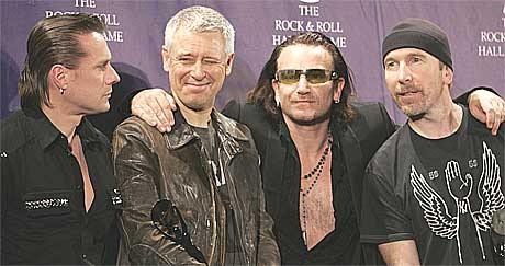 Larry Mullen, Adam Clayton, Bono, og the Edge poserer for kamera etter innlemmingen i the Rock and Roll Hall of Fame. Foto: Scanpix.