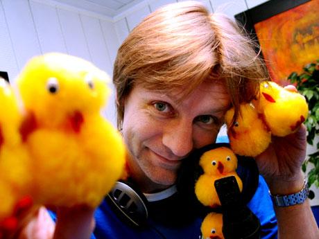 Bilde: Bård Ose tar med seg kyllingene sine og sprer lun påskeradio fra Bergen via NRK P1 tre dager til ende i påska. (Foto: Anders Nøkling)