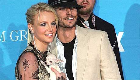Britney, Kevin og bikkja tiltrekker seg fotografenes oppmerksomhet. Foto: Scanpix.
