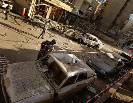 Libanesiske politimenn inspiserer vraket av bilen der bomba var plassert. (Foto: AP/Scanpix)
